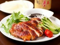 皮がパリッと香ばしい鶏肉とシャキシャキ野菜を中華クレープで巻いてお召し上がり下さい。