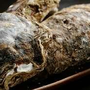 岩牡蠣の中でも徳島産は大きいことで有名。真牡蠣と違い、一度に産卵しないので、夏でも味は濃厚です。