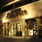 ライトアップされた幻想的な外観はバリのリゾートホテルの雰囲気