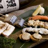 瑞々しい新鮮な野菜や、旬の魚介、上州赤城地鶏、上州牛、上州麦豚など、地元の良質な食材をメインに素材を厳選している【 串焼 粂八】。手軽に食べられる串料理は全部で36種類あり、どれにしようか迷うほどです。