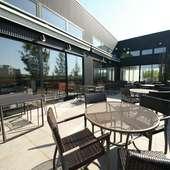 春から秋は、関川&緑地に面した開放的なテラス席がオープン