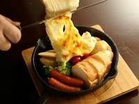 五感が喜ぶ一皿! 『季節野菜とソーセージのラクレット』