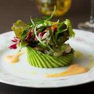 自家菜園で育てた新鮮な野菜をはじめ、新鮮で上質な素材にこだわっているそう。フランス料理の伝統を継承した確かな技で仕上げた料理は、色鮮やかに盛り付けられ、さらに調和のとれた味わいに魅了されます。