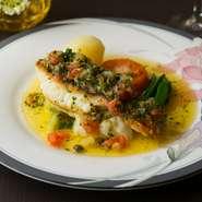 近海で獲れた旬の魚を使ったポワレ。パリッとした皮とふんわりとした身の二通りの食感が楽しめます。自家菜園で育てた新鮮な野菜を加えた、バターの香り豊かなグルノーブルソースが魚の旨みを引き立てた自慢の逸品。