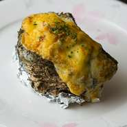 牡蠣を殻ごと使い、コクのある手づくりのマヨネーズでグラタン風に。牡蠣の旨みを堪能できます。