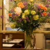 お店を彩る生花で、心まで華やかに