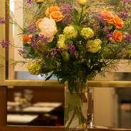 店内や各テーブルに飾られた生花は、お店を華やかなに彩るだけでなく、心まで明るい気分にさせてくれます。