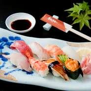 お米は寿司専用のもの、お酢は淡路島産のものを使用し、ネタとの相性を考えたシャリになっています。ネタは仕入状況により変動しますが、季節感が感じられるものを多く取り入れています。