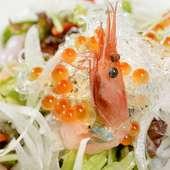 見た目も鮮やか。さっぱり食べられる『和びさび海鮮サラダ』