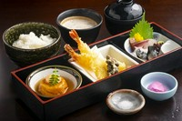 屋号が御膳名。自然薯真丈や希少なむかごの天ぷら、お刺身などが盛り込まれた料理長渾身の御膳。