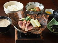 伊勢赤鶏黒胡椒焼き/とろろ変わり揚げ/自然薯のお刺身/自然薯とろろ汁/ご飯/赤出汁/香の物
