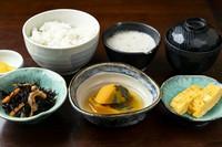 当店自慢の自然薯料理を中心に『新鮮なお刺身』や『天ぷら盛り合わせ』などを盛り込んだお勧めメニュー。
