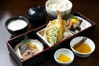 天ぷらの盛り合わせ・自然薯のお刺身・焼き魚・自然薯とろろ汁・ご飯・赤だし・香の物
