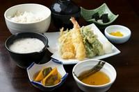 海鮮丼/自然薯とろろ汁/小鉢/赤だし/香の物