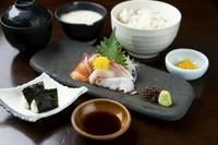 温かざるそばに5種のミニ丼(天丼・親子丼・マグロ丼・鶏の唐揚げ丼・ハーフとろろご飯)から選べる満足御膳。