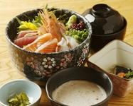 天ぷら盛り合わせ・鮮魚のお刺身・小鉢・ご飯・赤出汁・香の物