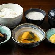 鰈の溜まり焼き/天ぷら盛り合わせ/自然薯のお刺身/小鉢/自然薯とろろ汁/ご飯/赤出汁/香の物/デザート