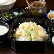 小海老の天ぷら/青物天/小鉢/イタリアのおいしいお塩/薬味/丼タレ/お出汁/自然薯とろろ汁/ご飯/香の物