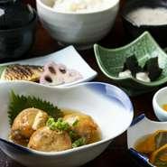 伊勢赤鶏黒胡椒焼き/とろろ変わり揚げ/自然薯のお刺身/自然薯とろろ汁/ご飯/赤出汁/香の物/デザート