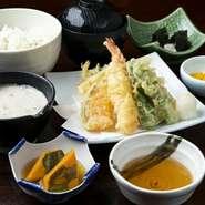 天ぷら盛り合わせ/自然薯の刺身/小鉢/自然薯とろろ汁/ご飯/赤出汁/香の物/デザート
