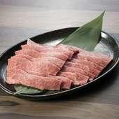 非常に濃厚な風味で牛の大トロと呼ばれる『特選上カルビ』