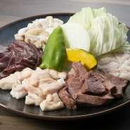 ホルモン、テッチャン、レバー、赤せんまい、ハツ。松阪牛の内臓の盛り合わせです。地元の食材なので、鮮度のよさは折り紙付き。
