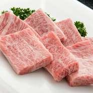 細かなサシが見事に入っています。一口ごとに、口の中いっぱいに溢れ出る肉汁がたまりません。