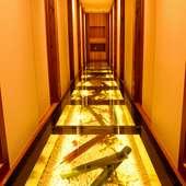 廊下はガラス張り。シンボルの竹と、白砂の道が座敷へ案内する