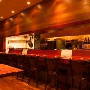 おまかせコースのみの提供ですが、店内は肩ひじ張らずくつろげる、居酒屋のような雰囲気です。丁寧に仕上げた美味しい料理を、おなか一杯に楽しんでください。
