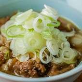 『桜肉スジ煮込み』は桜肉の旨みが溶け込んだスープも美味しい