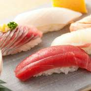 日本一グルメの街・東京で修業を積んだベテランの寿司職人が、北海道から直送した食材で寿司を握っています。70年の伝統を引継ぎ確かな腕が新鮮な食材を、絶品の寿司に作り上げてくれます。