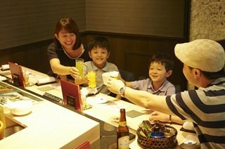 当店ではご家族でもカウンターでのお寿司を楽しめます