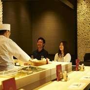 「心に残る時間を過ごしていただきたい」 そのような思いで一人一人に合わせた丁寧な接客を心がけています。 政寿司新宿店は、お寿司をより愉しくお召し上がりいただけるカウンター席がおすすめです。 職人と会話をしながら、北海道より届いたの食材からお好みのものを選び、お刺身や握りなどでどうぞ。カップルでもお気軽にご利用ください。