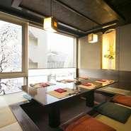 カウンターやテーブル席だけでなく、それぞれ違った趣の個室が5室、用意されています。特に人気は、眺めのいい個室「空中座敷もくれん」。また、どの部屋も座席は掘りごたつ式でバリアフリーになっています。
