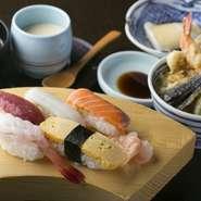 ランチタイムは、新鮮な魚介や旬の味が楽しめるセットメニューが女性客に人気。『セレクトランチ』は、にぎり、天丼など10種類のハーフメニューからお好みの2品が選べ、その上茶碗蒸し、みそ椀、デザート付き。
