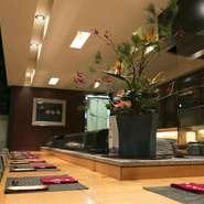 ほとんどオープンキッチンのような板場から、お客さまの表情と向き合って仕事をすることには違いありません。寿司ネタのこと、料理のコツ、あるいは世間話でもお気軽にお話ください。