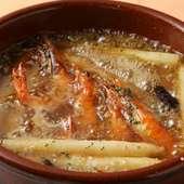厳選した食材の『殻付海老とホワイトアスパラのアヒージョ』