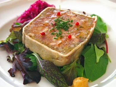 各部位の旨みと食感が織りなす『イベリコ豚のパテサラダ添え』