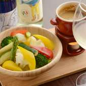 特製アンチョビソースが効いている『彩り野菜のバーニャカウダ』