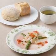 人気の煮込みハンバーグやビーフシチューに帆立貝柱のマリネとスープ、パンかライスが付くセットメニューが1220円~とリーズナブル。同じ商店街のパン屋に特別に作ってもらったフランスパンはソースとの相性も抜群!