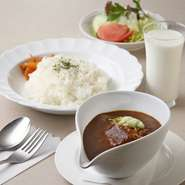 ビーフシチューと同じフォンドヴォーを使ったシチュー風味のカレーは、味わい深く、観光客を中心にも人気の一品です。大きめの牛肉も入って、ボリュームもたっぷりです。