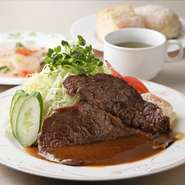100gのステーキに、たっぷりのサラダを盛りつけた『薄切りビーフステーキサラダ』は、肉と野菜のバランスがとれると女性に評判です。醤油をベースにミルクを加えたクリーミーな自家製ステーキソースにも注目。