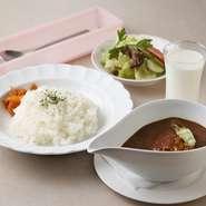 カレー(牛肉、人参、玉ねぎ、馬鈴薯、チャツネ、ライス、サラダ、ミルクのセット)
