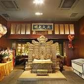 宮廷の茶室をイメージした、豪華絢爛なこだわりの店内