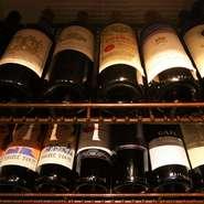 """イタリア産を中心に赤・白のほかシャンパン、スプマンテまで豊富な種類を揃えるワインもこの店の魅力。ワインビギナーでも心配なし。店のスタッフがシーンや好みに合った""""自分だけの1本""""を提案してくれます。"""