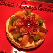 誕生日、結婚記念日、入籍祝い、入学、卒業、入退社祝い、プロポーズのサプライズなど様々なお祝いのシチュエーションに。 デザートのプレートにメッセージとお名前(無料) また、ケーキ(別途¥2500~/4号)