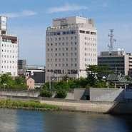 一畑電車北松江線の終着駅、松江しんじ湖温泉駅から徒歩6分。松江城も徒歩圏内の好アクセスです。