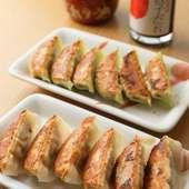 「どろだれラー油」をたっぷりつけて食べる『丸源餃子』(6個)