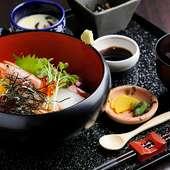 新鮮な魚介がたっぷり!彩も鮮やかな『海鮮丼』