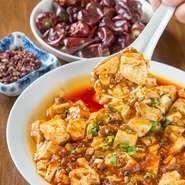 ランチは、料理やデザートが食べ放題のハーフバイキング形式です。主菜は、お好きなものを1品選ぶことができます。「おいしい」と好評の杏仁豆腐も、何個でもおかわりできるのは、うれしいですね。
